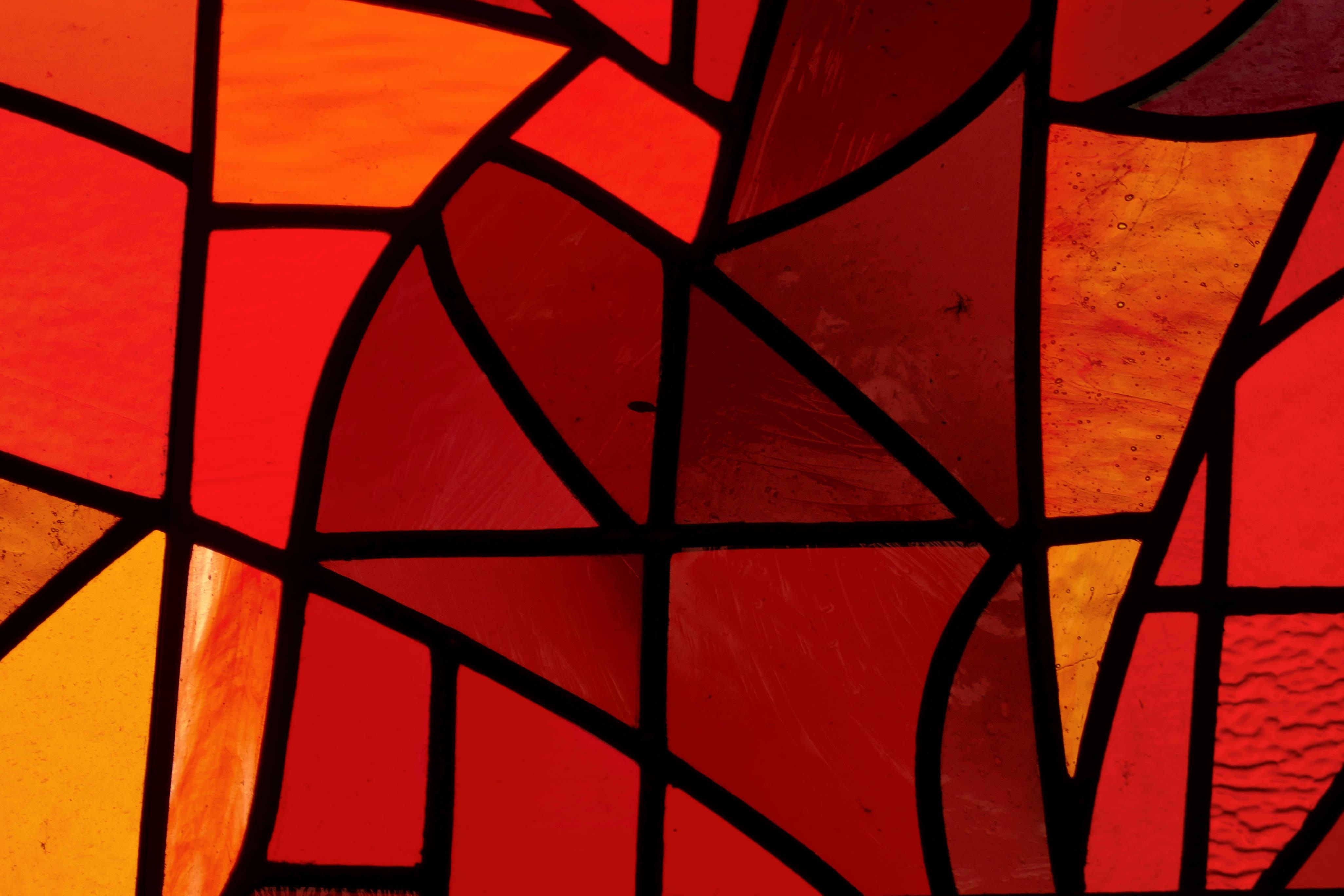 Sklo v rámech oken i obrazů